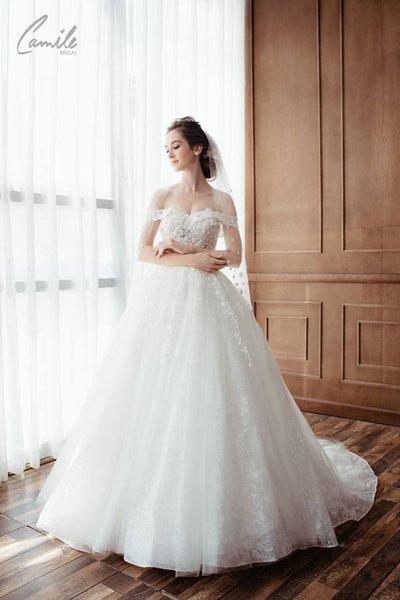 váy cưới vai ngang Cinderella 1 Lộng lẫy với thiết kế váy cưới vai ngang Cinderella của Camile Bridal