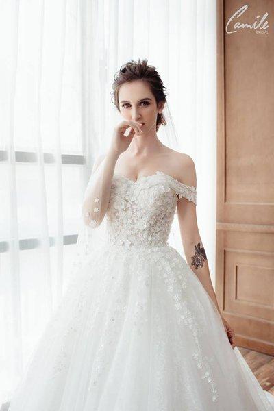 váy cưới vai ngang Cinderella 2 Lộng lẫy với thiết kế váy cưới vai ngang Cinderella của Camile Bridal