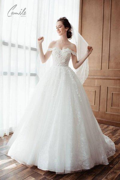 váy cưới vai ngang Cinderella 3 Lộng lẫy với thiết kế váy cưới vai ngang Cinderella của Camile Bridal