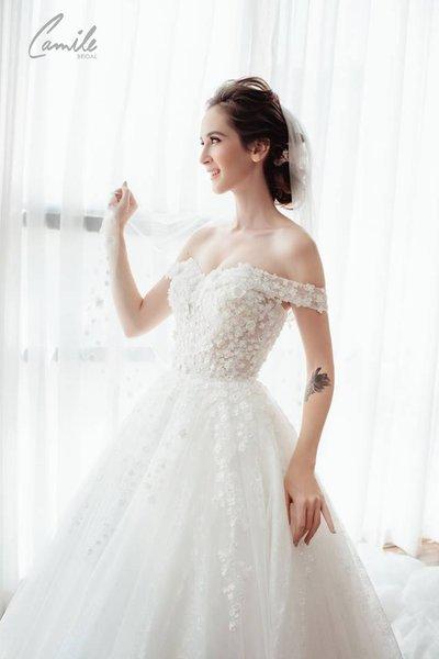 váy cưới vai ngang Cinderella 5 Lộng lẫy với thiết kế váy cưới vai ngang Cinderella của Camile Bridal