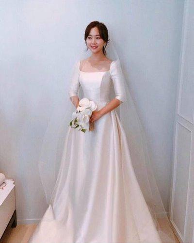 Thuê váy cưới Satin 6 Thuê váy cưới Satin – Vẻ đẹp tinh tế đến từ sự đơn giản