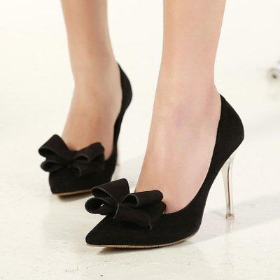 thuê váy cưới và giày cao gót màu đen 2 Vì sao giày cao gót màu đen thường được các cô dâu lựa chọn khi thuê váy cưới