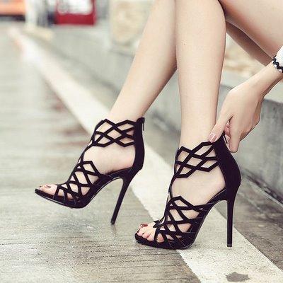 thuê váy cưới và giày cao gót màu đen 3 Vì sao giày cao gót màu đen thường được các cô dâu lựa chọn khi thuê váy cưới