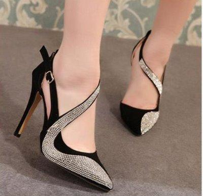 thuê váy cưới và giày cao gót màu đen 4 Vì sao giày cao gót màu đen thường được các cô dâu lựa chọn khi thuê váy cưới