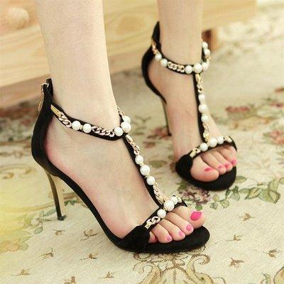 thuê váy cưới và giày cao gót màu đen 5 Vì sao giày cao gót màu đen thường được các cô dâu lựa chọn khi thuê váy cưới
