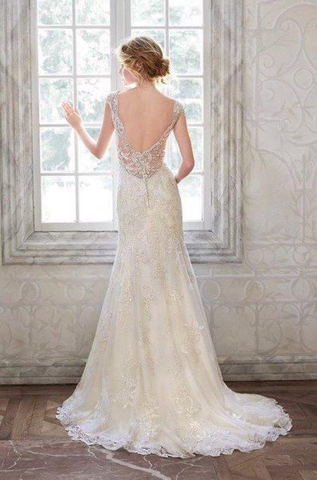Váy cưới backless 2 4 Bí quyết mặc váy cưới backless khoe lưng trần gợi cảm cho cô dâu