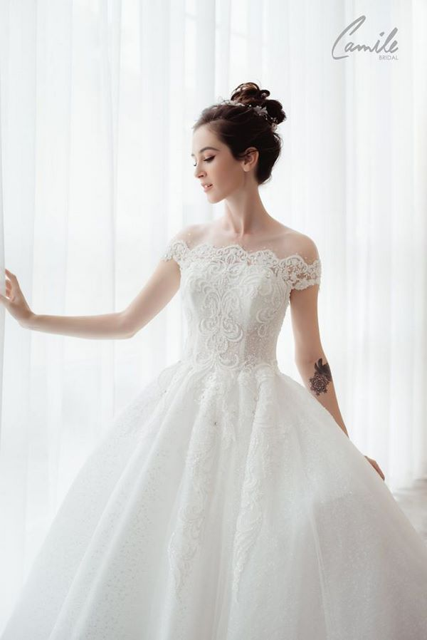 váy cưới màu trắng 14 Chiêm ngưỡng 50 mẫu váy cưới màu trắng đẹp thanh khiết, lộng lẫy nhất 2020