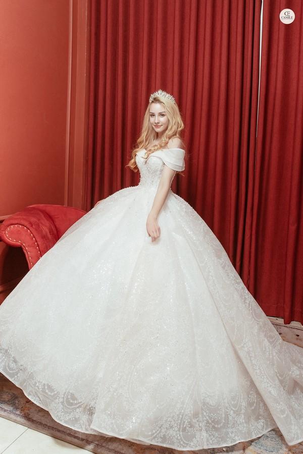 váy cưới màu trắng 16 Chiêm ngưỡng 50 mẫu váy cưới màu trắng đẹp thanh khiết, lộng lẫy nhất 2020