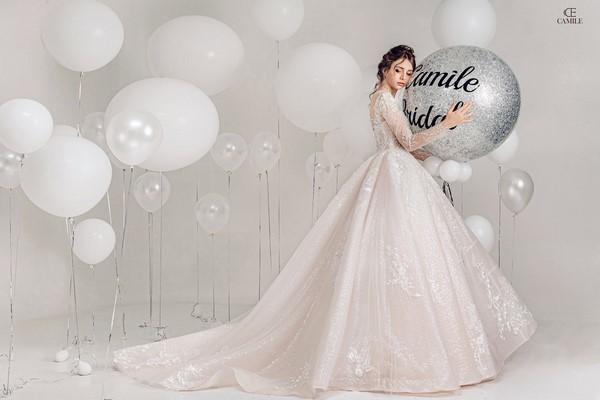 váy cưới màu trắng 21 Chiêm ngưỡng 50 mẫu váy cưới màu trắng đẹp thanh khiết, lộng lẫy nhất 2020