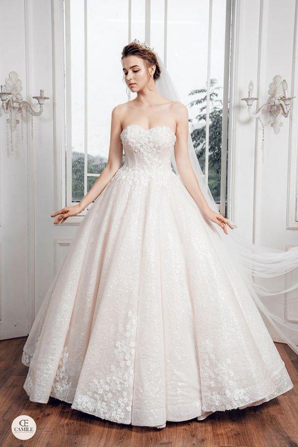 váy cưới màu trắng 22 Chiêm ngưỡng 50 mẫu váy cưới màu trắng đẹp thanh khiết, lộng lẫy nhất 2020