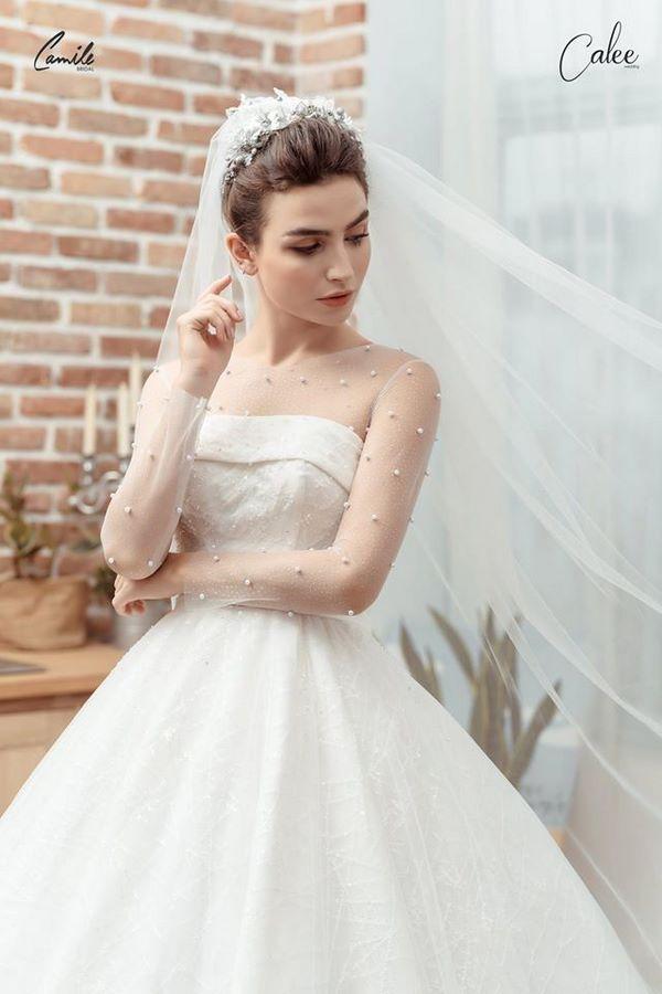 https://camile.vn/12-mau-vay-cuoi-don-gian-sang-trong-cho-co-dau-nhe-nhang/ Bảng giá may đo thuê váy cưới Hà Nội cao cấp của Camile Bridal