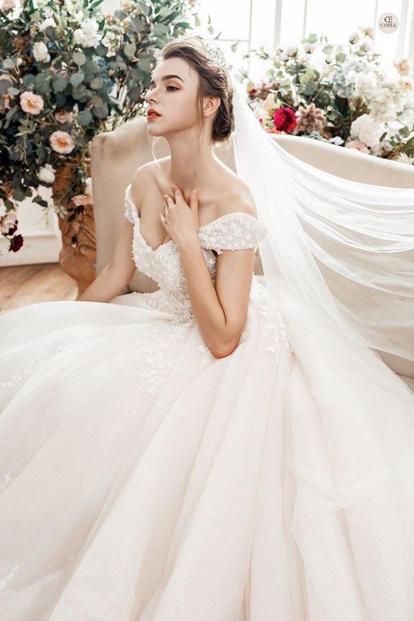 váy cưới phong cách hoàng gia 12 Mẫu váy cưới hở lưng quyến rũ đẹp nhất cho mùa cưới 2020